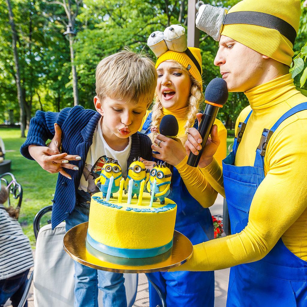 Аниматоры на детский праздник освобождают взрослым уйму времени.